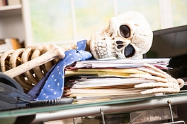 805gkvlcxcp-skeleton-businessman-worked-to-death-in-office-istock-903491244-mensi.jpg